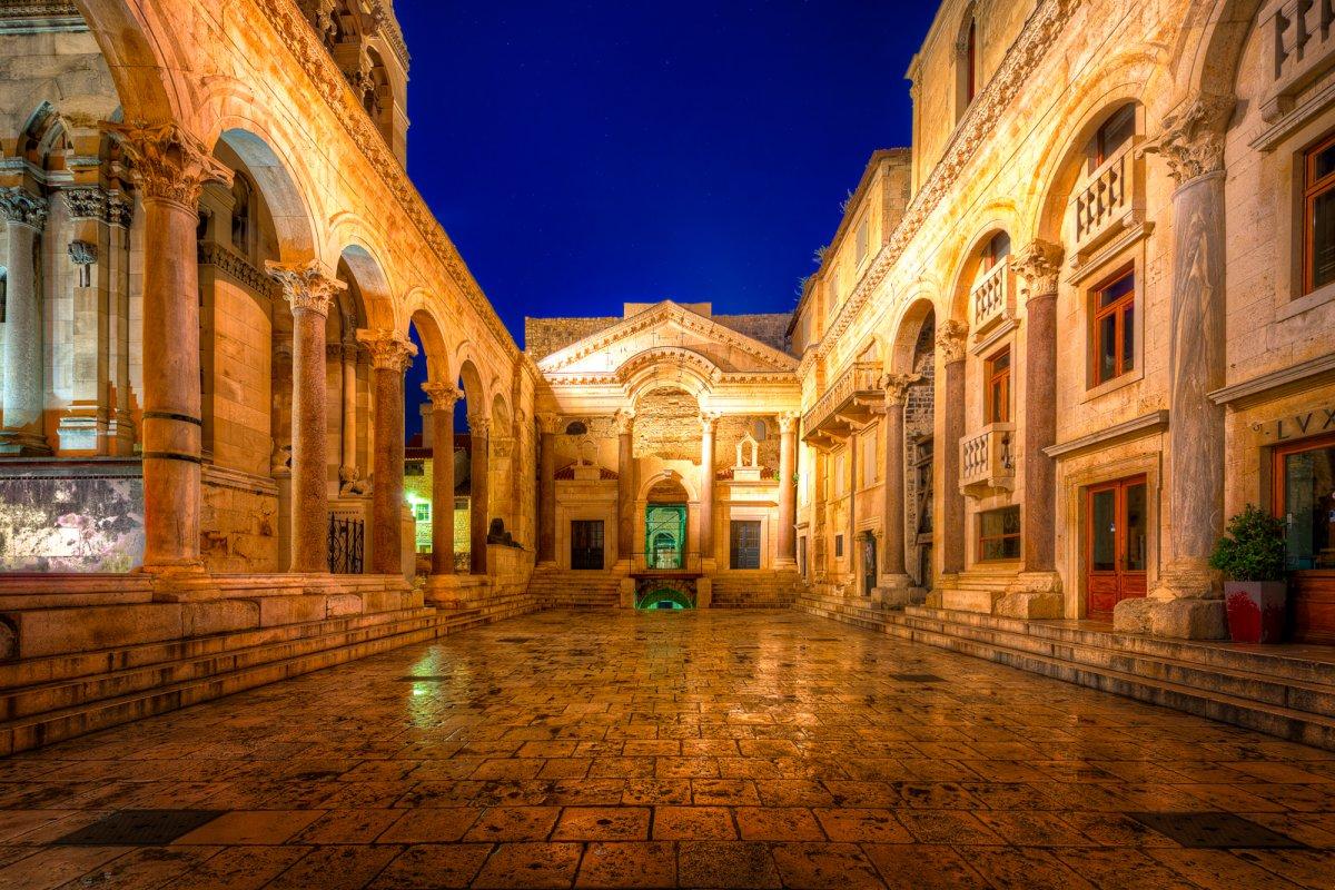 Главной достопримечательностью Сплита является императорский дворец Диоклетиана